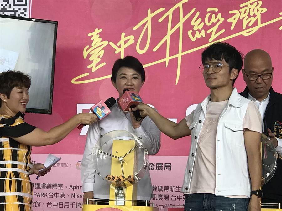台中市長盧秀燕電話叩應時,被抽中千萬豪宅的王小姐,她說花6萬元參加旅遊社旅遊,抽中千萬豪宅。(盧金足攝)