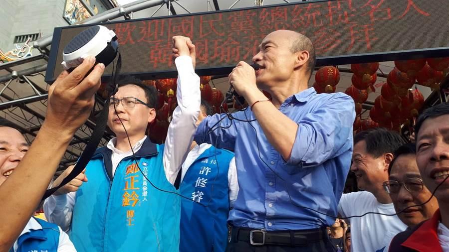韓國瑜新竹廟宇參拜行程最後一站來到天公壇,呼籲民眾支持立委候選人鄭正鈐。(邱立雅攝)
