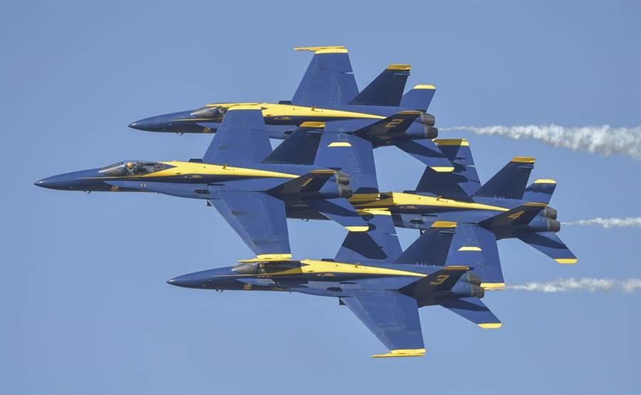 藍天使小組在最近練習時,1號機與3號機的機翼略微碰撞,所幸不嚴重。(圖/美國海軍)