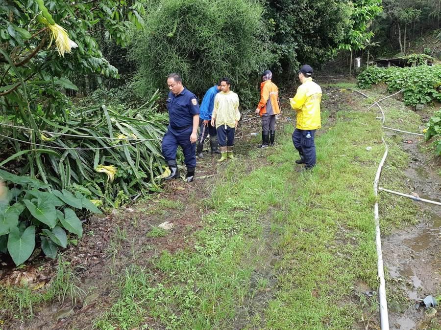 部落族人與警消一起展開搜救行動。(林雅惠翻攝)