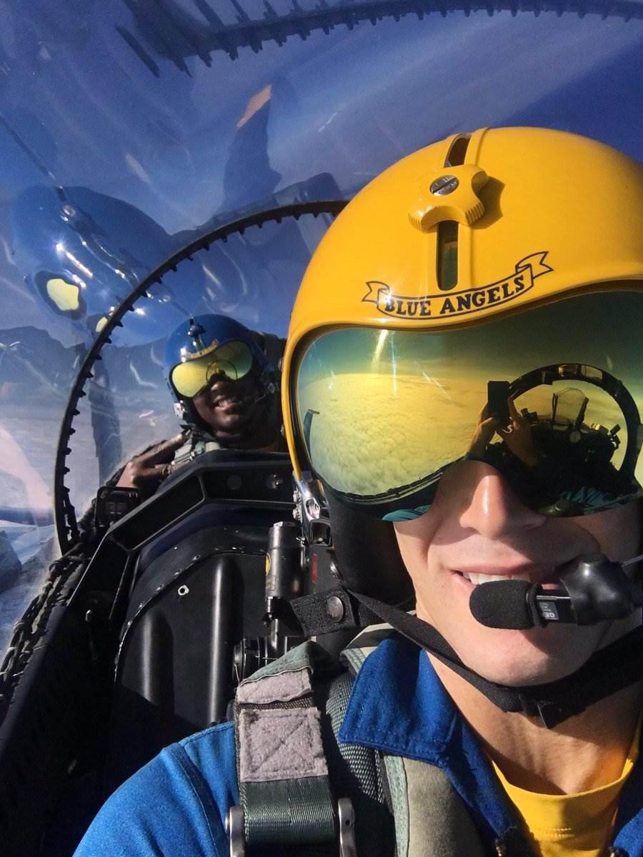 藍天使飛行員不穿抗G衣,不戴氧氣罩。(圖/Brandon Hempler twitter)
