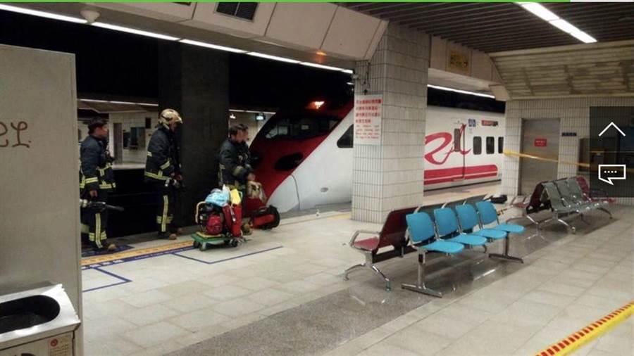 台北車站第3月台今天下午3點多發生一起民眾跌落月台遭列車撞擊後死亡。(李文正翻攝)