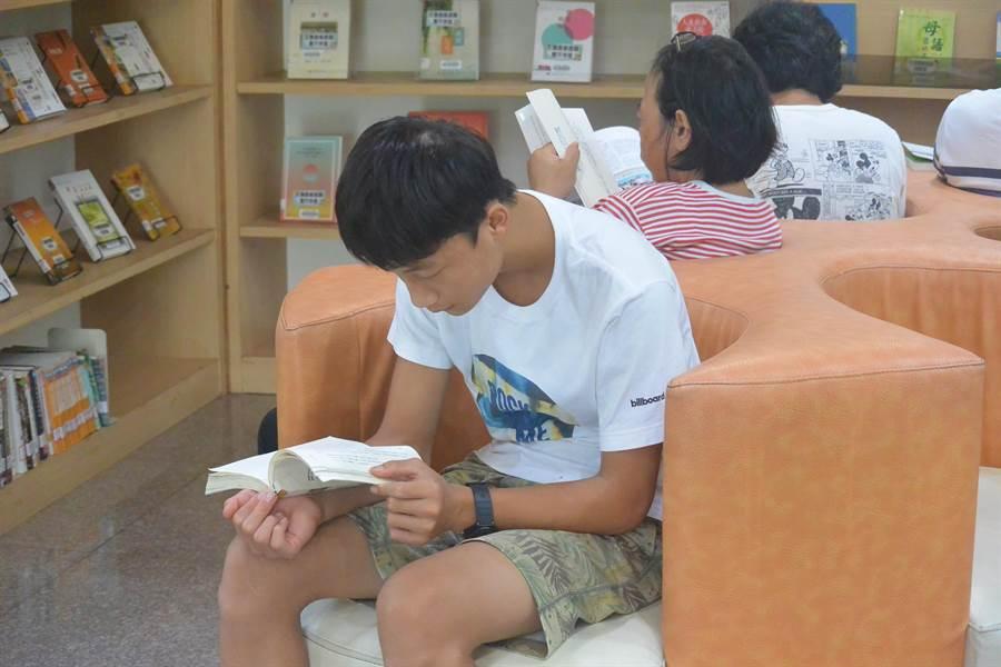 原住民族書展區內,民眾沉浸於書香世界中。(巫靜婷攝)