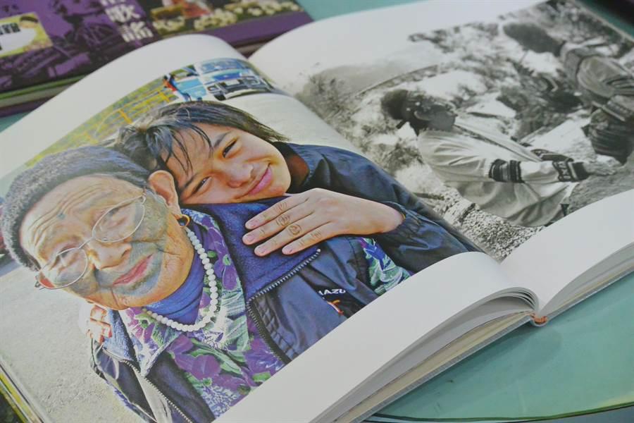 除了文字書籍,書展內也有收集圖像書籍,文面國寶再現眼前。(巫靜婷攝)
