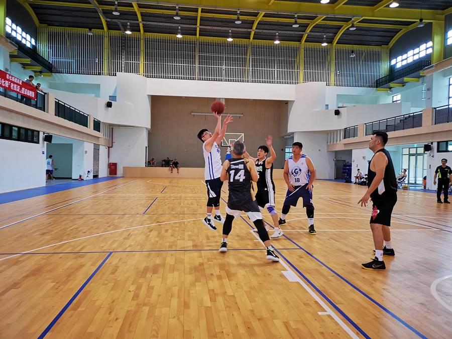 第一屆彰化縣議長盃老馬籃球邀請賽,18日在嶄新的彰化溪湖成功高中籃球館登場。(謝瓊雲攝)