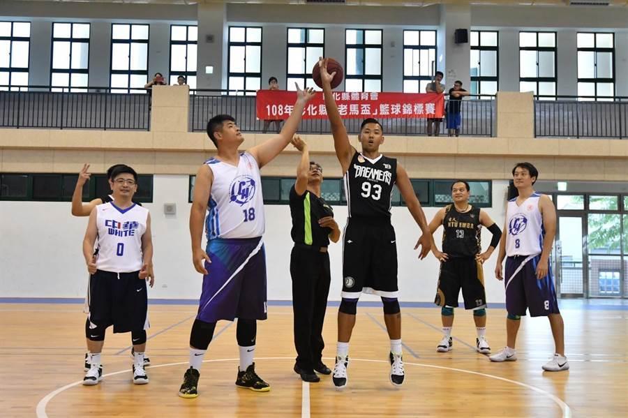開幕球賽由寶島夢想家領隊陳建州(右)上場開球。(謝瓊雲翻攝)