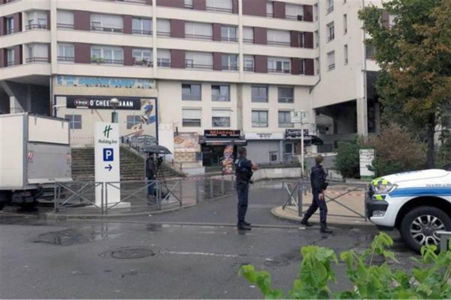 法國一家餐廳發生槍擊案,竟是因為送餐太慢引發不滿,枉死無辜服務生。(圖取自《巴黎人報》)