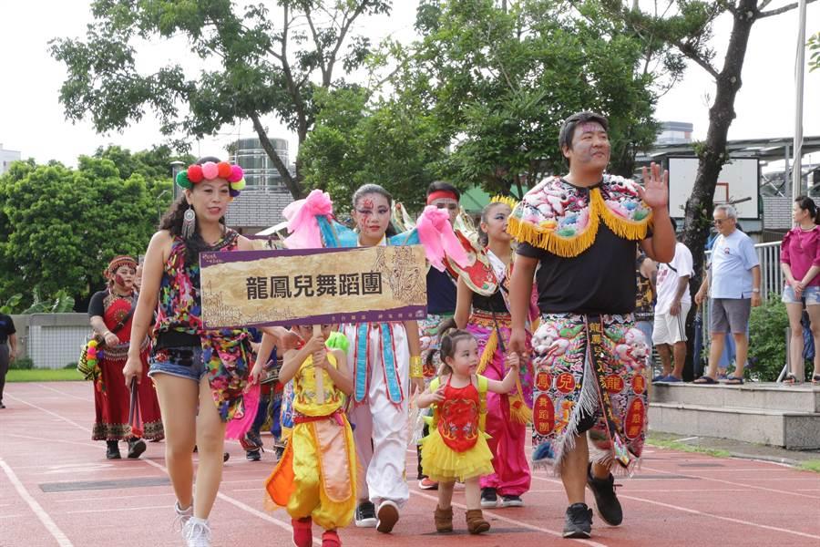 大士爺文化祭千人創意踩街今下午登場,部分參與者造型吸睛。(呂妍庭翻攝)