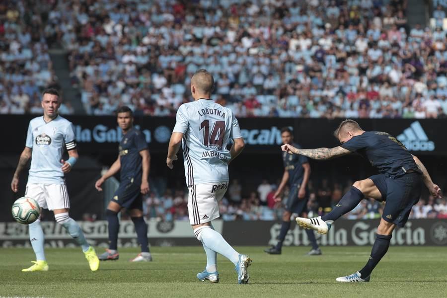 西甲皇家馬德里德國好手克羅斯(右)在新球季第一輪比賽踢進一記精彩的遠射,幫助球隊獲勝。(美聯社)