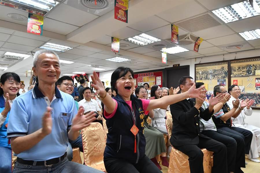 台中市副市長楊瓊櫻代表台中市長盧秀燕前來祝賀,給在世界各地盡本分的師兄姊充滿能量的擁抱。(圖/太極門提供)