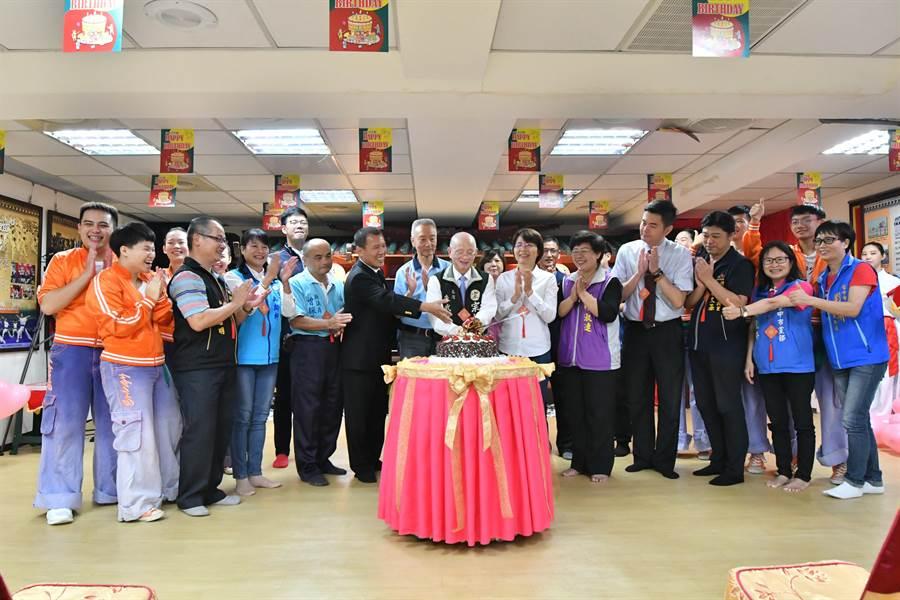 與會貴賓與太極門弟子一起切蛋糕慶祝27周年館慶。(圖/太極門提供)