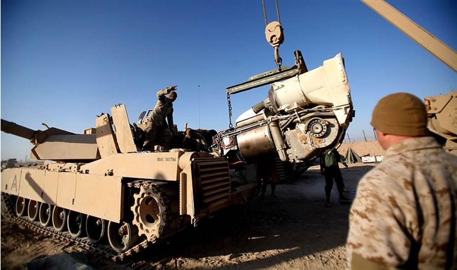 美國M1戰車的動力心臟是AGT1500燃氣渦輪引擎,漢尼威爾公司將受託提升它的性能。(圖/美國陸軍)