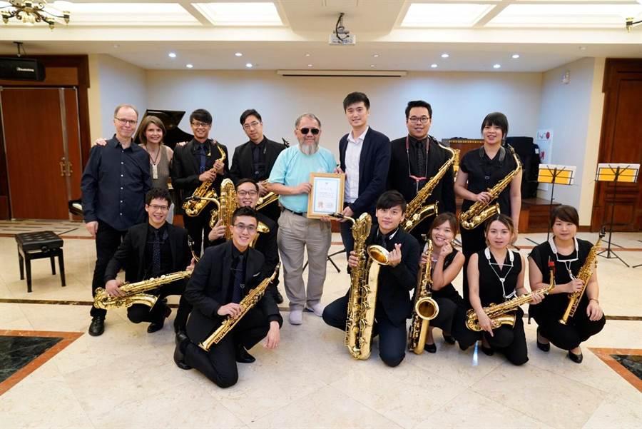 米堤大飯店總經理李麗裕(中),與米特薩克斯風重奏團成員。(廖志晃翻攝)