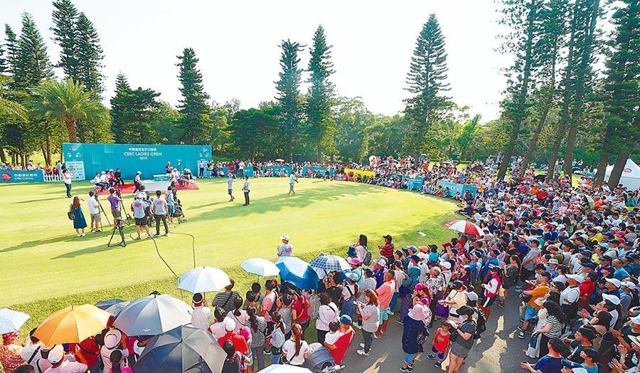 「2019中國信託女子公開賽」由臺灣業餘高球女將侯羽桑封后,賽事累積逾7,500人次觀賽創新高、決賽現場吸引超過5,000位球迷為選手喝采。圖/中國信託銀行提供