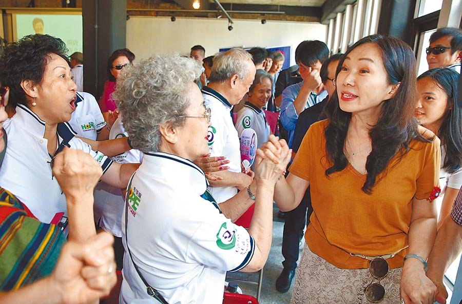 高雄市长韩国瑜的夫人李佳芬(右)17日走访台北永康商圈,支持者纷纷为她加油打气。(姚志平摄)