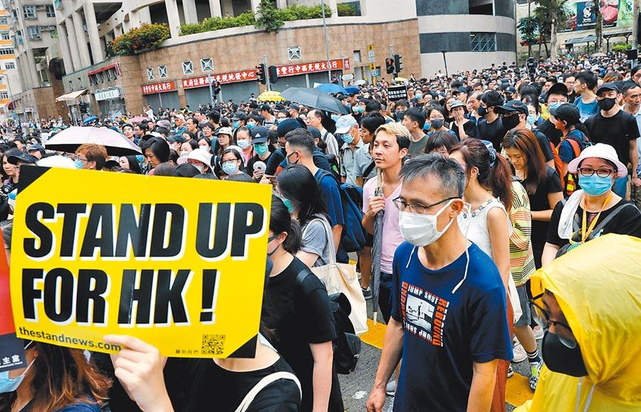 香港反送中群眾參與從紅磡走到土瓜灣的「光復紅土」遊行,爆發小衝突。(路透)