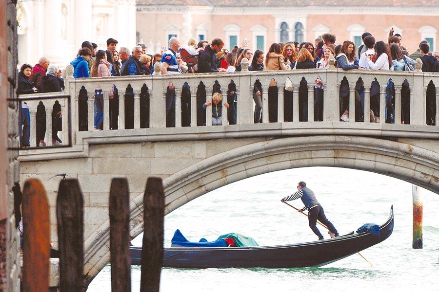 水都威尼斯因人潮爆炸威脅運河生態,損及古老建築物,垃圾噪音令當地民眾抓狂。(路透)