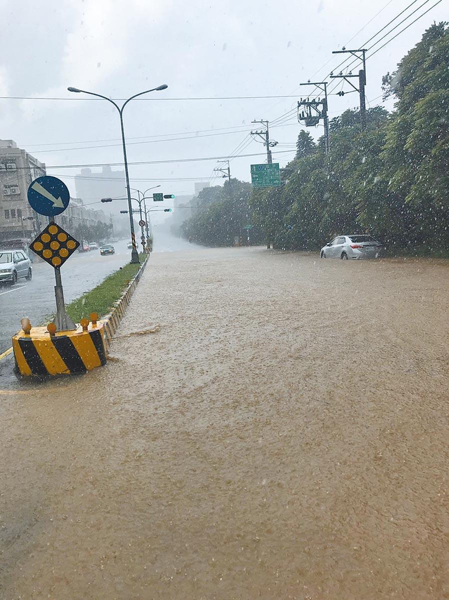 大肚區17日下起暴雨,導致自由路往龍井方向出現積水情況。(林欣儀攝)