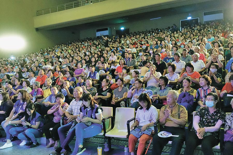 旺旺文教基金會《向全國志工致敬》公益演唱會雲林場,17日下午在虎尾廳登場千名志工共度美好午後。(許素惠攝)