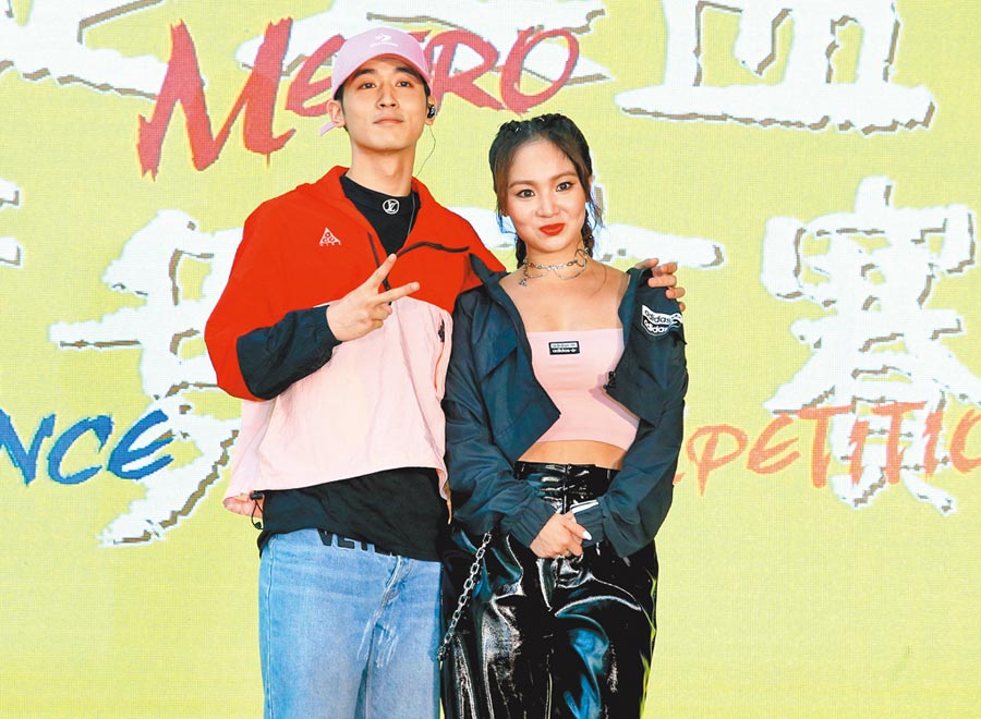 小樂(左)、陳芳語昨出席捷運盃街舞決賽。(粘耿豪攝)