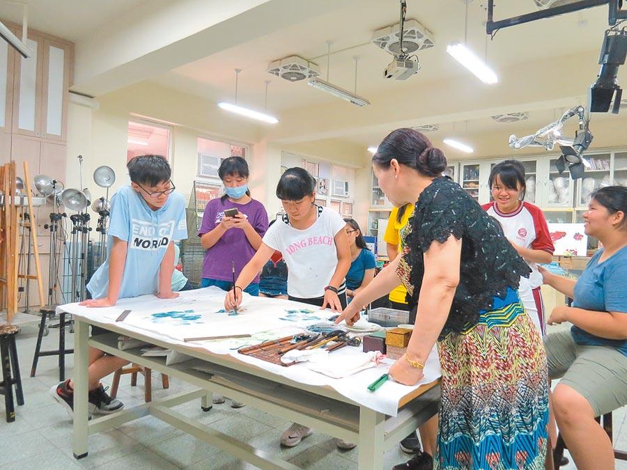 與大師共同創作時間,楊小寧老師指導學員國畫技巧及布局。 照片提供台北市關渡宮