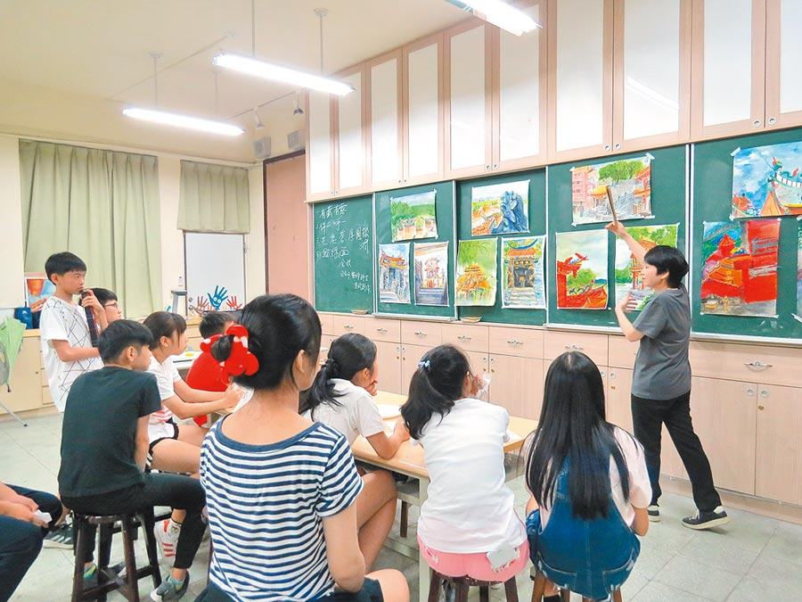 學員畫作共同賞析,蕭惠君教授(右一)為每幅畫評析解說,強化學員們未來創作角度。 照片提供台北市關渡宮