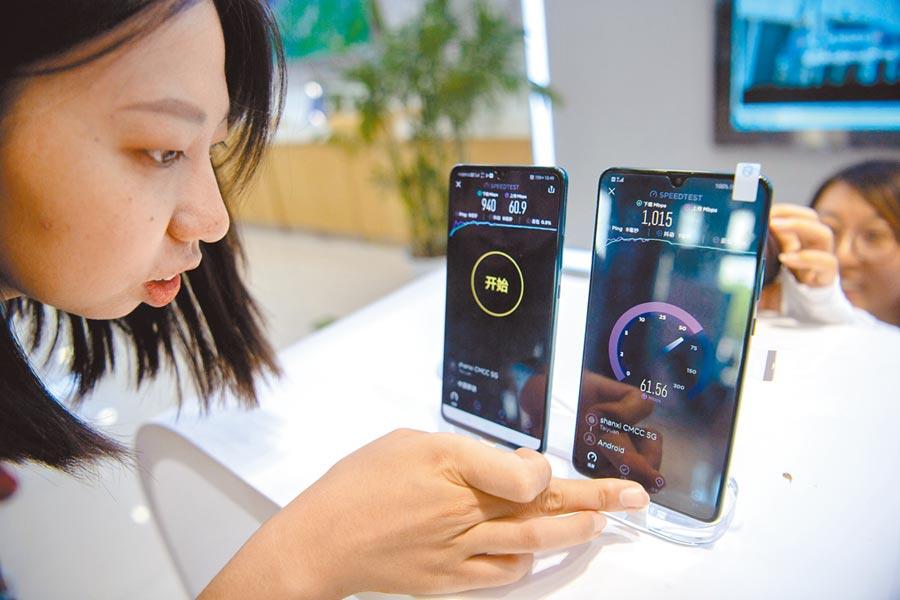 民眾在山西太原體驗5G手機的下載及上傳速度。(中新社)