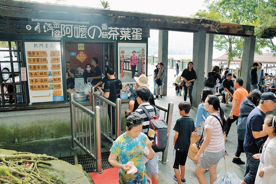 有台青認為,茶葉蛋與榨菜兩起爭議都是出自台灣民眾對大陸不了解。圖為日月潭阿嬤茶葉蛋一景。(本報系資料照片)