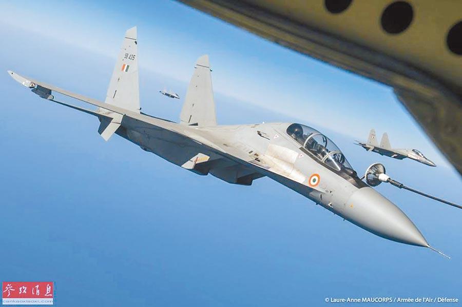 赴法國進行聯演的印軍蘇-30MKI戰機,進行空中加油。(取自中國軍網)