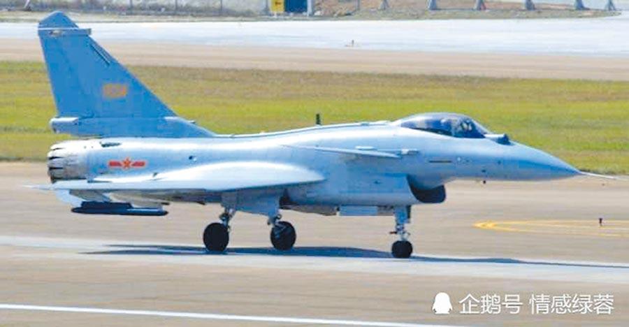 殲-10C掛載霹靂12空對空飛彈。(取自微博)