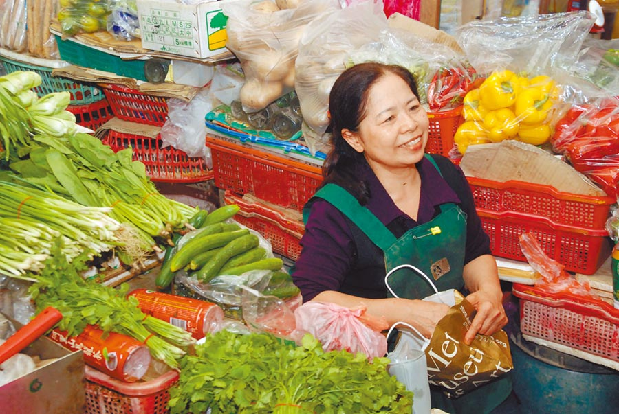 2018年3月8日,台灣阿嬤陳樹菊的菜攤經營時間長,清晨賣到晚上幾乎沒休息。(本報系資料照片)