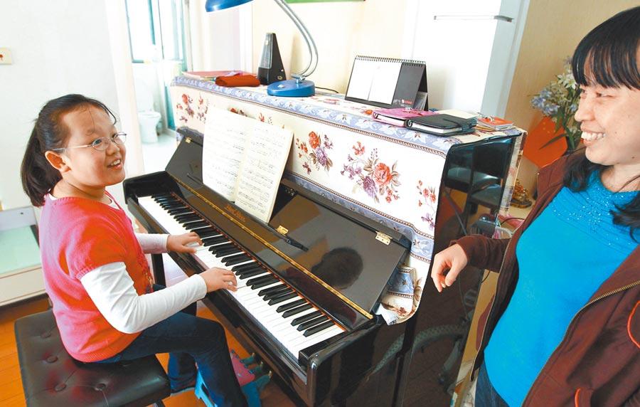 不少大陸孩子會上一對一的鋼琴課程。(新華社)