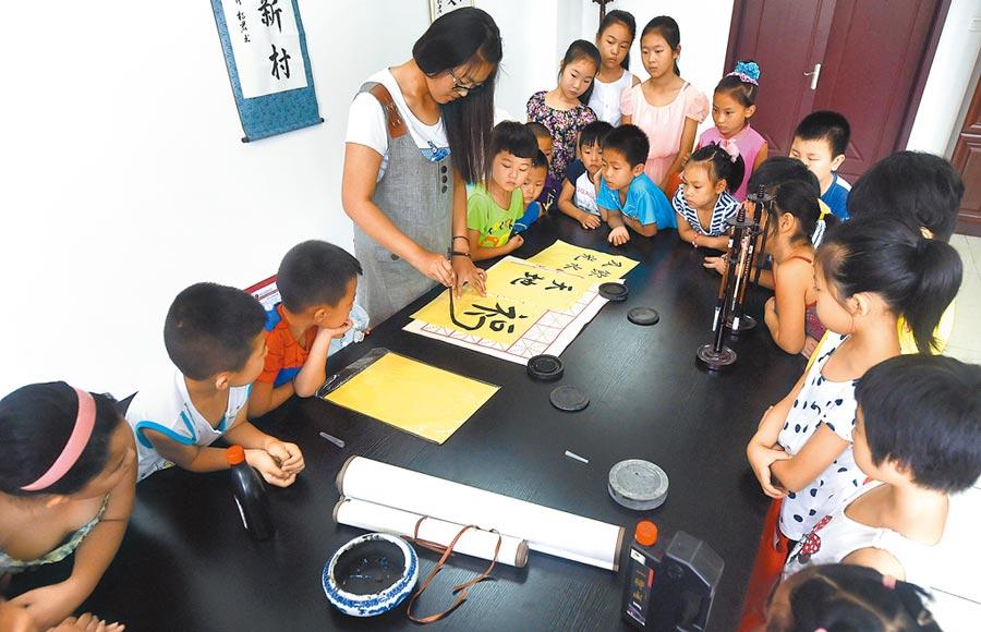 暑假忙著上書法才藝班,大陸孩童補習不間斷。(新華社)