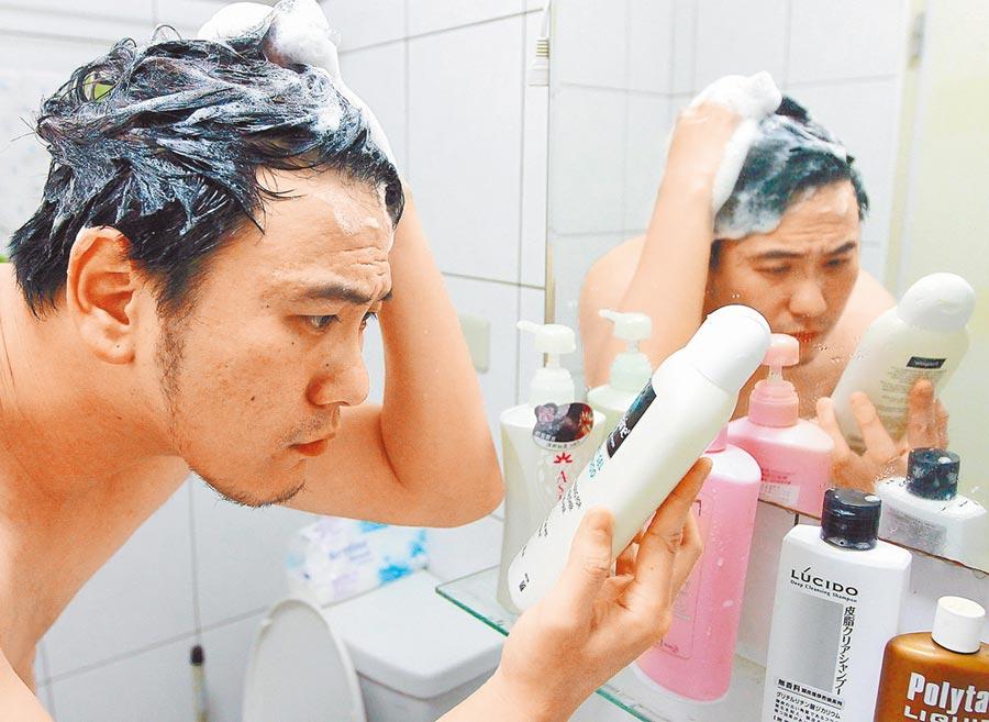 使用劣質洗髮用品,也可能導致掉髮問題。(本報系資料照片)