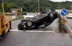 高中生剛拿駕照 自撞護欄破窗逃生