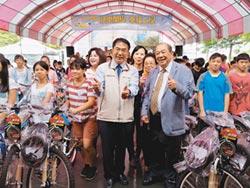 戴榮吉贈單車12年 勉學童一生誠實