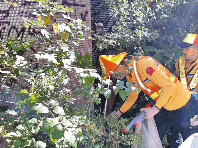 北市大安區出現本土登革熱病例,北市衛生局派員清除孳生源。(北市衛生局提供)
