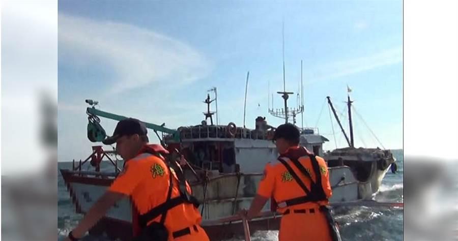 即使拖網船被海巡署查獲,每次罰金僅3到15萬,不少船主被罰錢後又急著出海去「捕回來」。(圖/海巡署提供)
