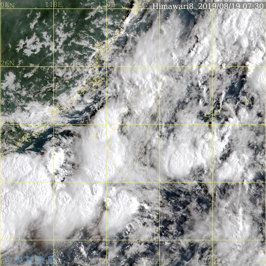 低壓帶影響,台灣附近有很多對流雲。(氣象局 真實色衛星雲圖)