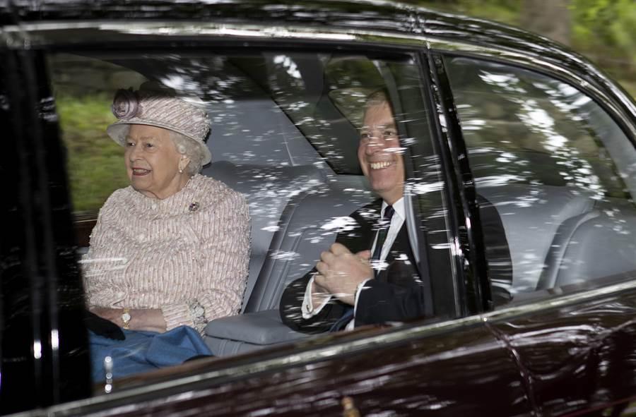 英國女王8月11日和次子安德魯王子上教堂,以行動力挺愛子後一同搭車離開。(美聯社)