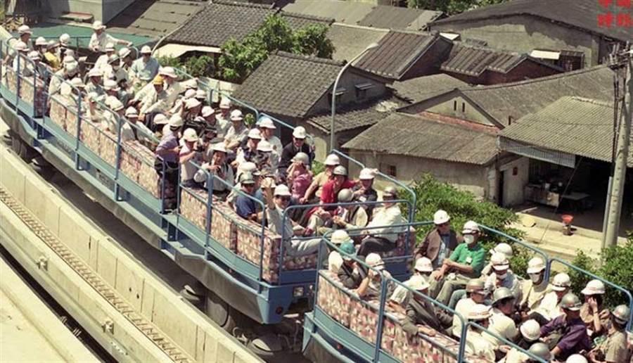 1992年5月29日 台北捷運局為國內媒體舉辦木柵線試車(中時攝影中心)