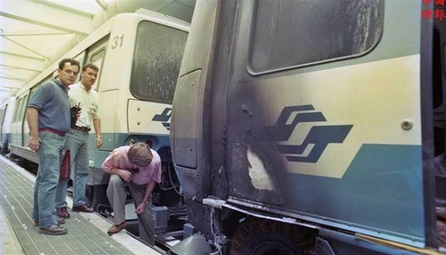 1993年9月24日北市捷運木柵線電聯車,清晨進行軌道測試,再進六張黎站時發生火警,電聯車在起火後輪胎被燒的露出鋼絲。(中時攝影中心)