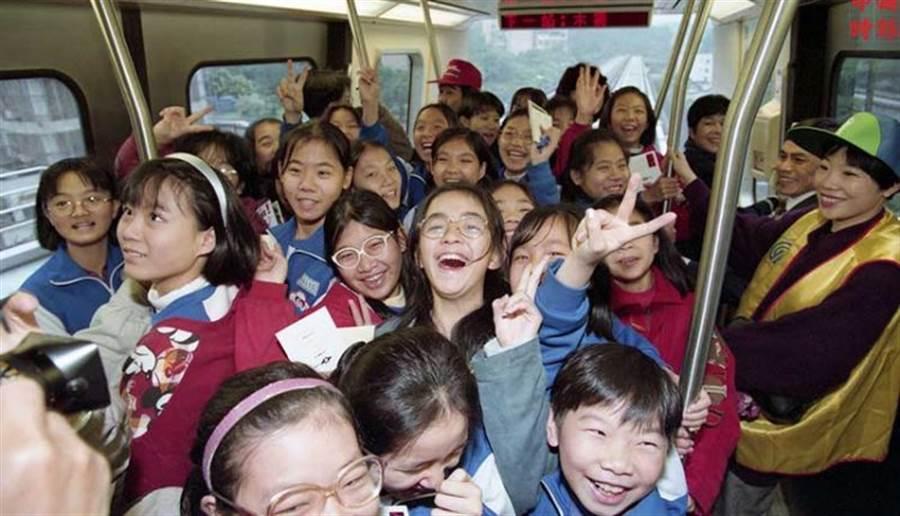 1996年台北捷運木柵線開放給民眾試乘,一百多位興華國小小朋友首次親臨體驗乘坐。(中時攝影中心)