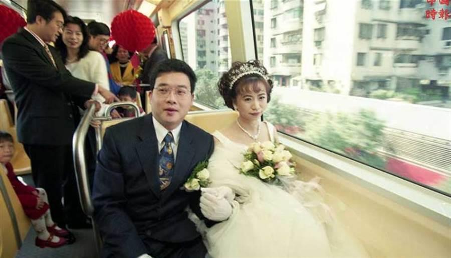1996年3月3日一對新人在木柵線捷運電聯車上舉行婚禮,接受試乘乘客的祝福(中時攝影中心)