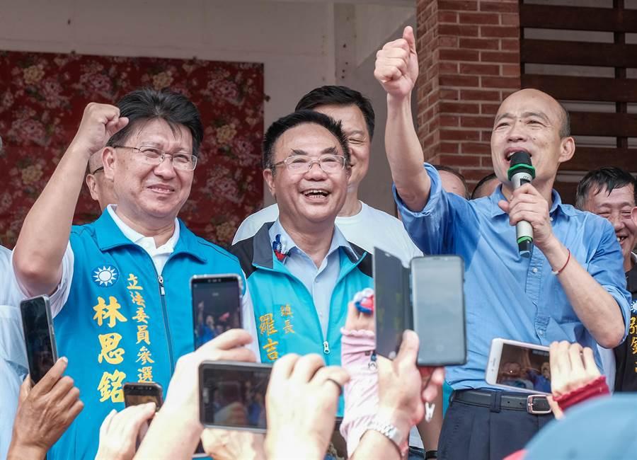 韓國瑜(右)昨到竹東戲曲公園參加義民祭,希望民眾支持林思銘(左) 進入立法院。(羅浚濱攝)
