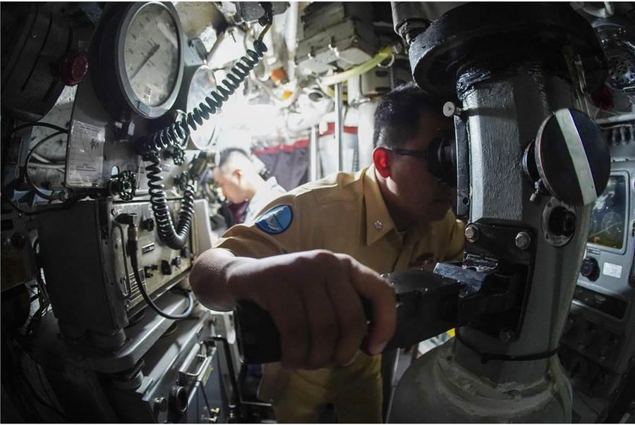 海獅號官兵利用潛望鏡偵查水面動態。〈青年日報提供〉