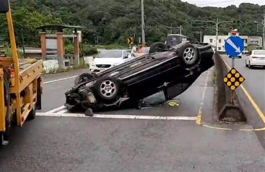 18歲李姓男子駕車不慎撞擊中央護欄造成車輛翻覆。(何冠嫻翻攝)