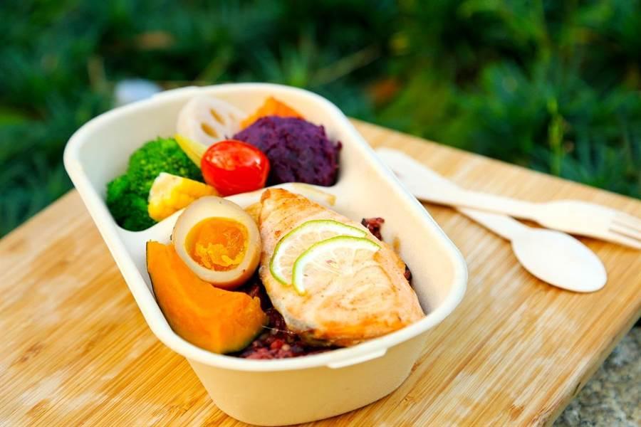 低溫檸檬鮭魚穀麥餐220元(內用+10%,外帶免服務費),鮭魚鮮甜、穀麥飯飽足具咬勁,蔬菜鮮脆可口,吃起來飽足感十足。(馮惠宜翻攝)