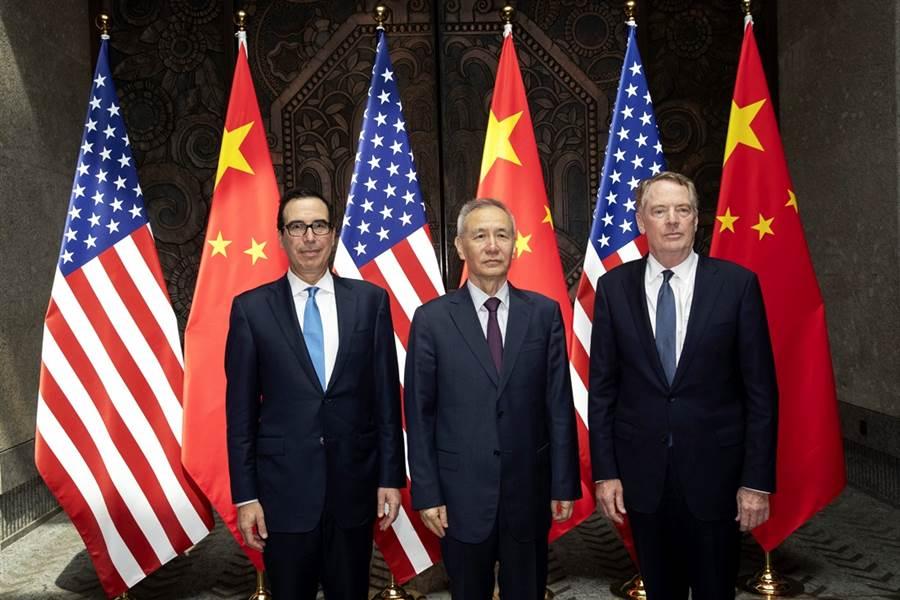 白宮經濟顧問柯德洛接受節目專訪時指出,目前陸美電話會議進展比外界報導得更樂觀,稱未來10天內,若進展同樣順利,雙方可望重啟實質談判。圖為陸美談判代表7月31日在上海舉行磋商時的合影。(圖/美聯社)