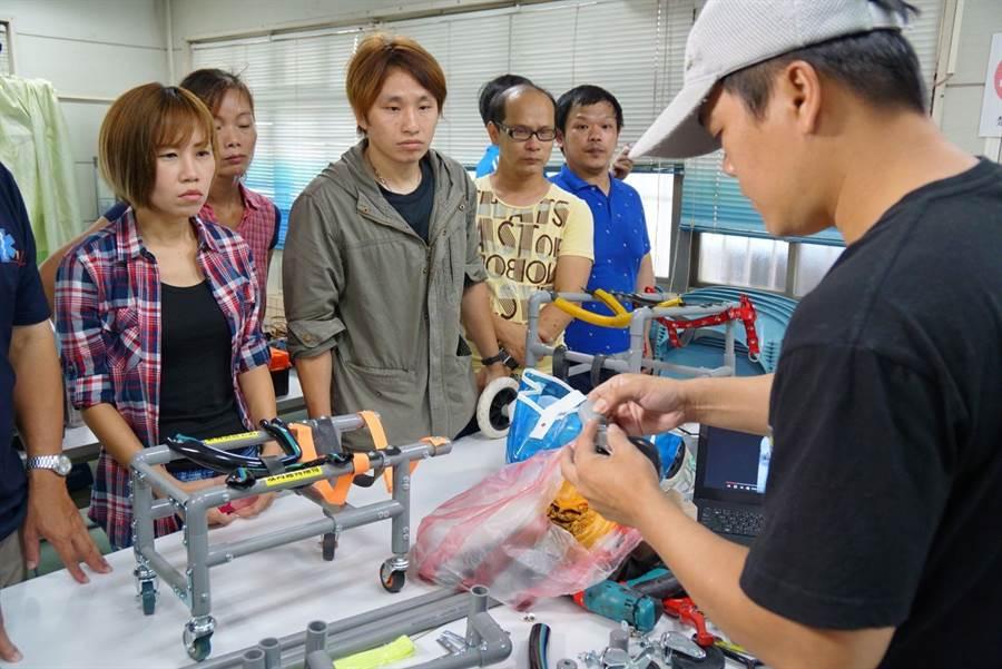 新北市動保處培訓內部人員進行輪椅製作。(譚宇哲翻攝)
